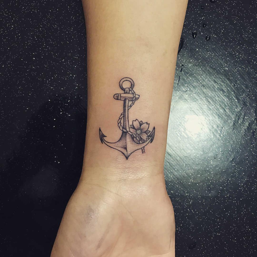 严小姐小臂船锚樱花纹身图案
