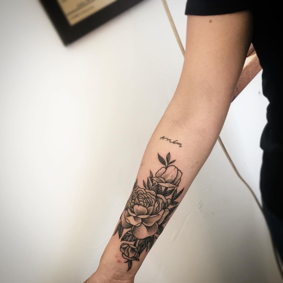 沈小姐小臂牡丹英文字纹身图案